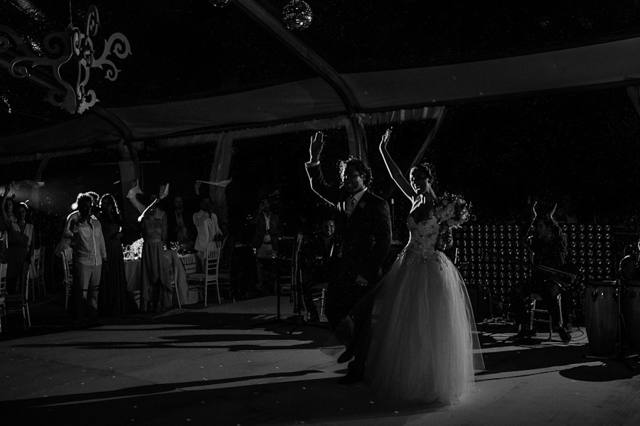 Bride and groom waving Cancun Mexico Wedding SC-Boda-Cancun-156