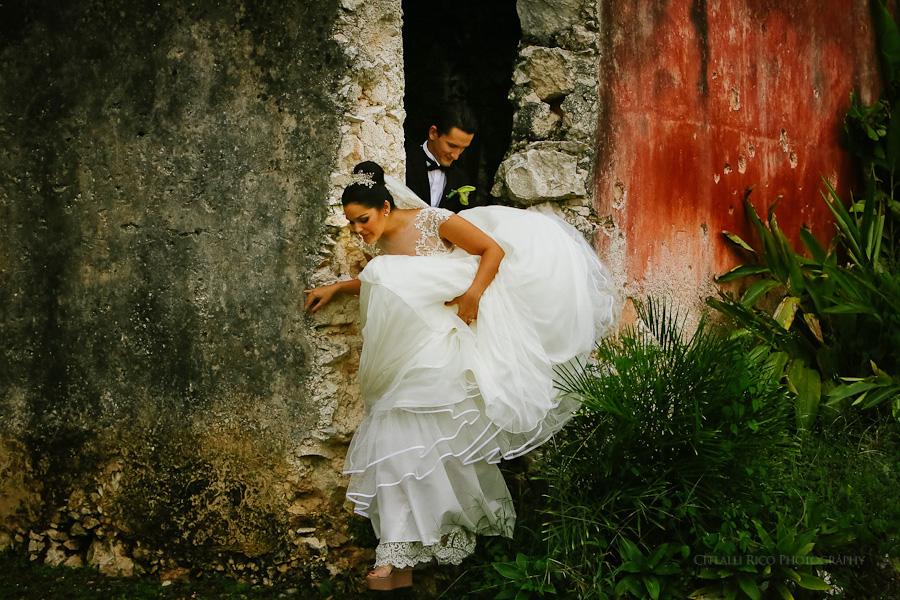 Bride and groom in Hacienda Hunxectaman