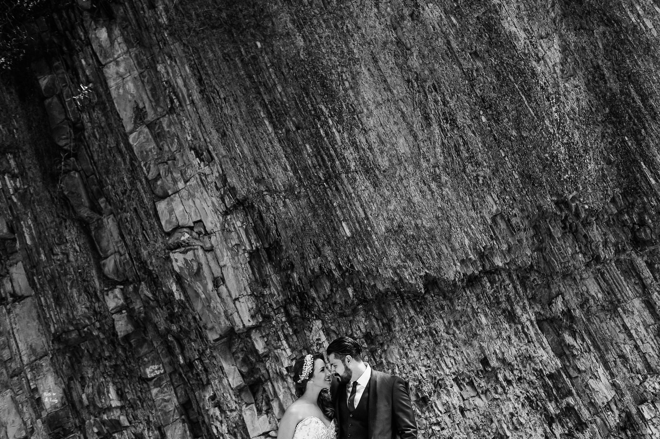 Bride & groom portrait by the rocks in Santigo, Nuevo Leon