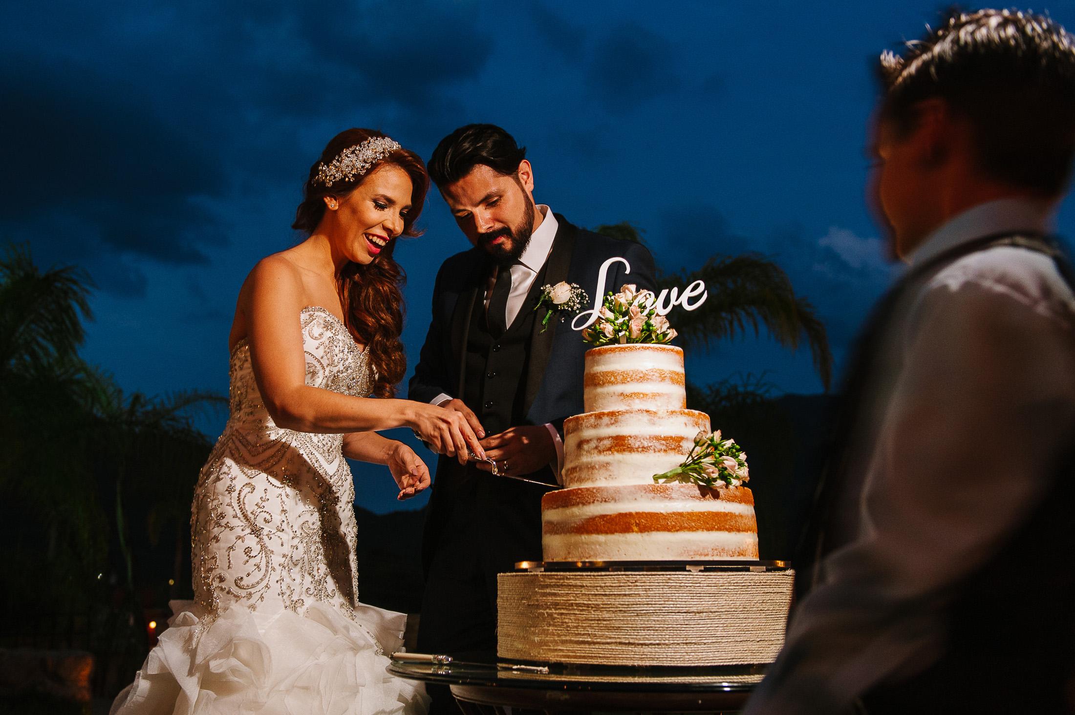 Bride & groom cutting cake in Santiago Pueblo Mágico