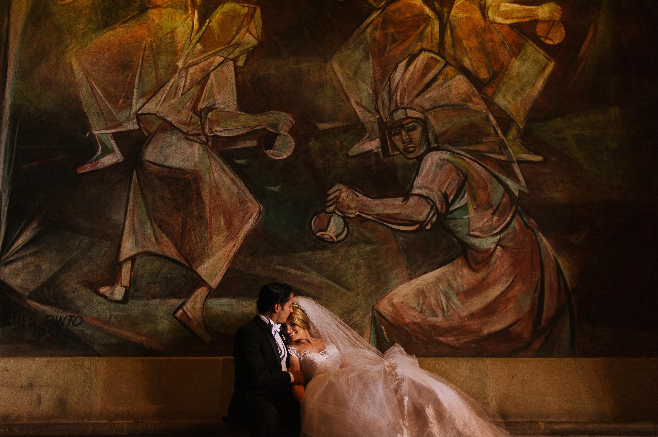Bride and groom portraits in Instituro Allende Mural