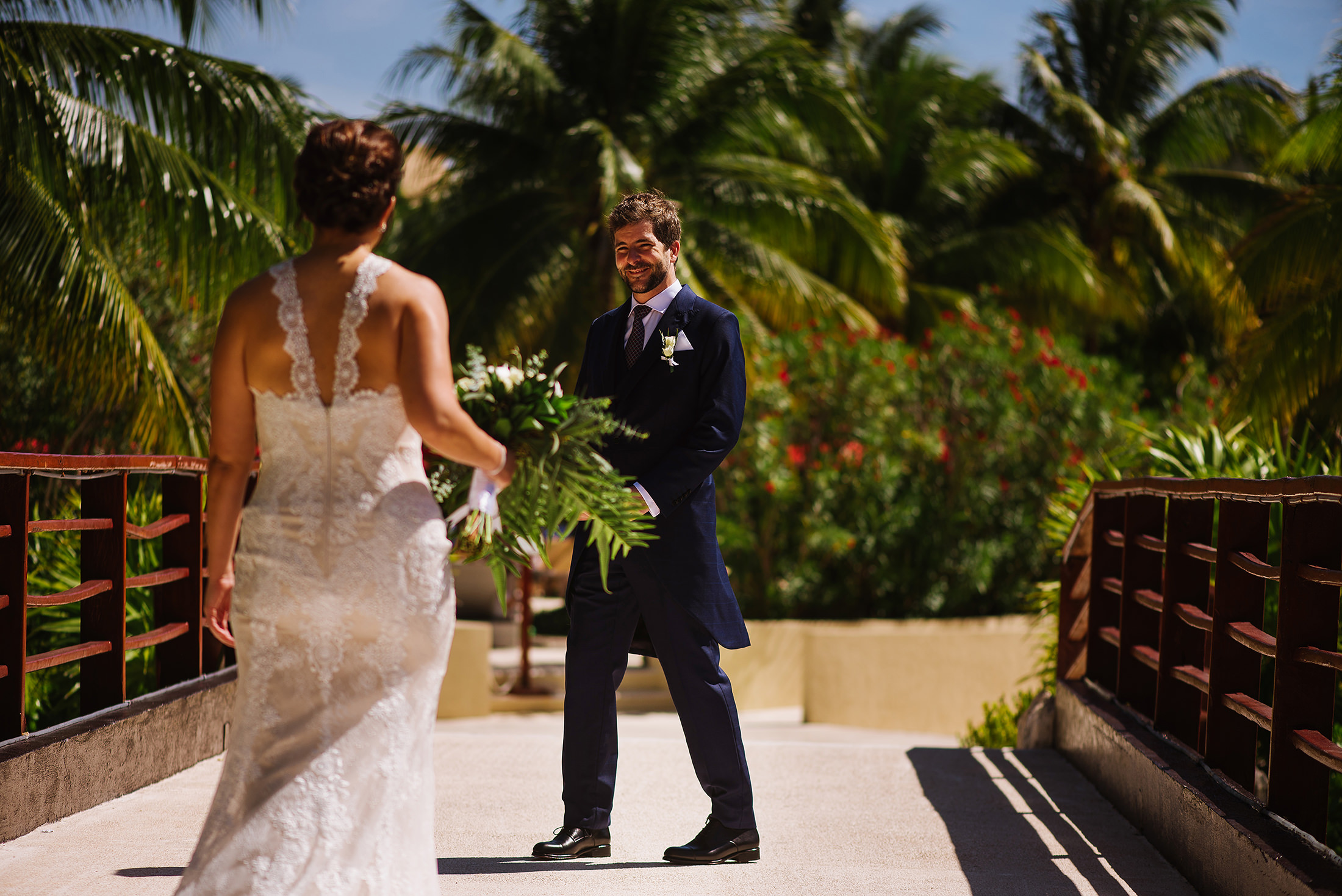 Groom sees bride for the first time in a Riviera Maya First look