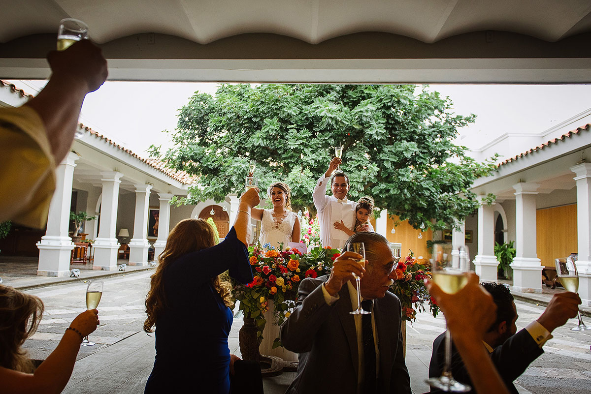 Bride and groom cheer with guests during reception in Las Mañanitas Cuernavaca