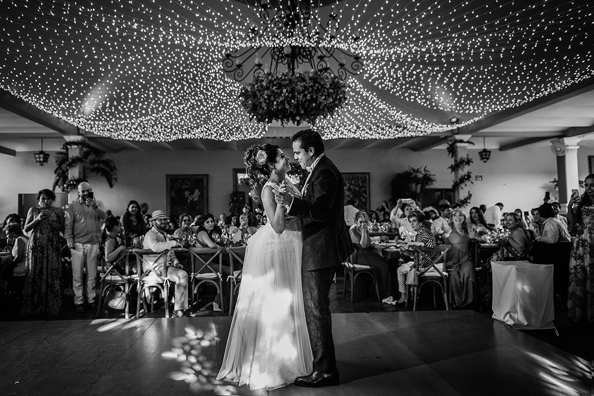 First dance in Las Mañanitas Cuernavaca with beautiful string lights